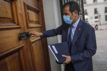 """Ministro Rodrigo Delgado dice que opción de trasladar estatua de Baquedano """"se puede evaluar"""" tras ataque incendiario"""