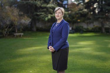 """Louise de Sousa, embajadora de Reino Unido en Chile: """"El gobierno británico, al igual que Chile, hizo bien en prever en cuanto a las vacunas"""""""