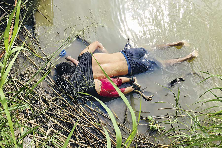 The-bodies-of-a-Salvadorian-migrant-and-his-daughter-are-seen-at-the-Rio-Bravo--river-in-Matamoros-(45992599)