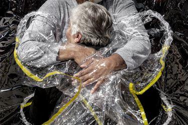 "Primer abrazo en pandemia: imagen ""emblemática"" del Covid-19 gana el World Press Photo"