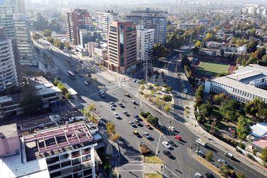 """Covid-19: estudio UC concluye que las """"burbujas sociales"""" tienen poco futuro en Santiago"""