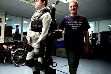 Padre construye un exoesqueleto para ayudar a caminar a su hijo con discapacidad.