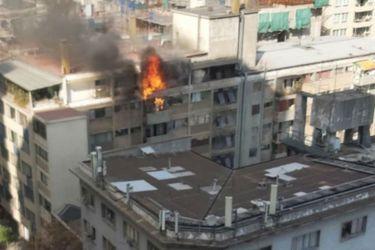 Incendio en edificio de Santiago Centro deja una persona fallecida