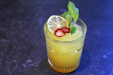 Cómo preparar un cóctel con gin, jugo de limón y maracuyá
