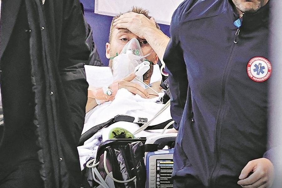 Christian Eriksen es evacuado del campo de juego tras desvanecerse durante el duelo entre Dinamarca y Finlandia. FOTO: Reuters.