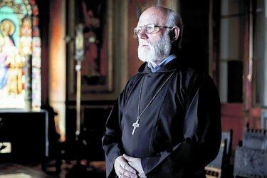 Monseñor Celestino Aós es internado en la Clinica UC por coronavirus