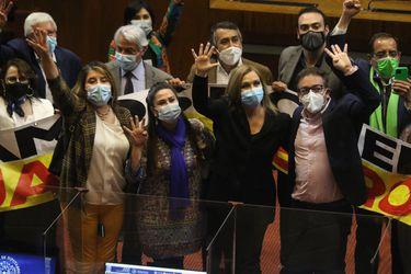 """Parlamentarios de oposición celebran aprobación de cuarto retiro en la Cámara y gobierno valora a quienes """"no se dejaron llevar por el populismo"""" y espera revertir resultado en el Senado"""