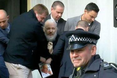 El simbólico libro que Assange llevaba consigo al momento del arresto en Londres