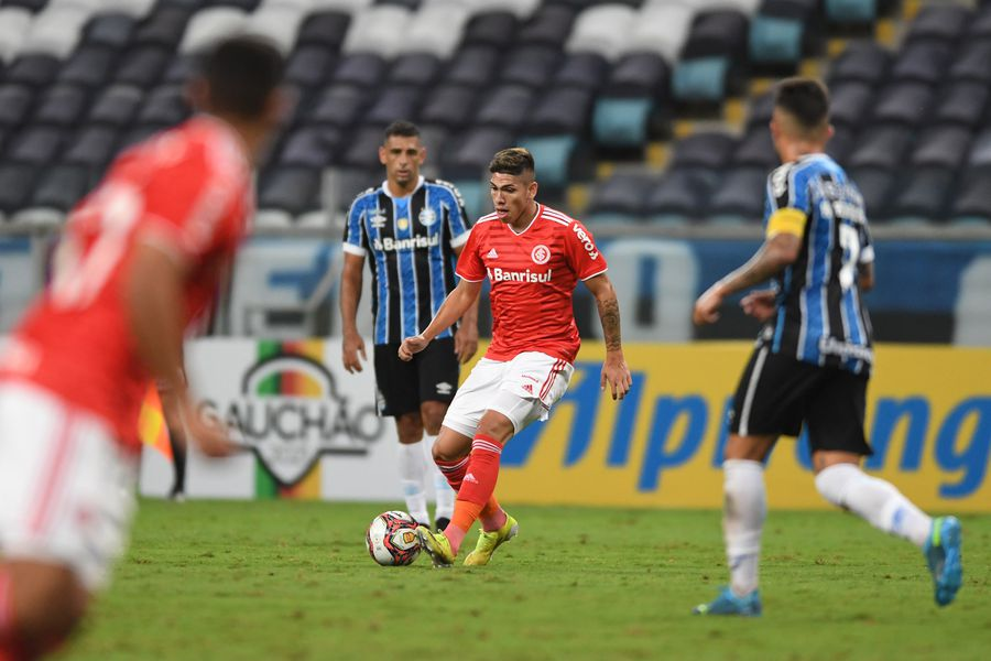 Carlos Palacios enfrentó a César Pinares en el clásico Gaúcho entre Inter de Porto Alegre y Gremio.