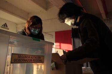 No acudir a votar en caso de síntomas, usar alcohol gel y botar la mascarilla al llegar a casa: Las recomendaciones del Minsal para unas elecciones seguras