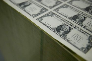 Dólar revierte alza y se aleja de la barrera de los $700