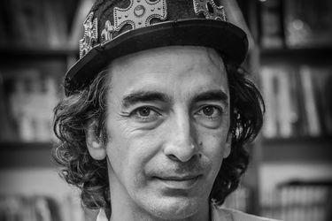 """Manifiesto de Mile Mavroski, mago y dueño librería Mil Aires: """"Se nos ocurrió la campaña de los libros sin IVA para reactivar la pyme y ayudar a nuestros clientes"""""""