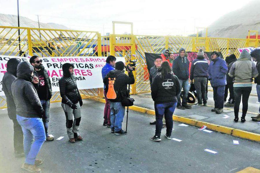 Dos sindicatos de Chuquicamata inician paro y tomas en protesta por despidos.