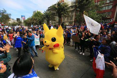 Baila Pikachu tuvo que arrancar del carro lanza-agua de Carabineros