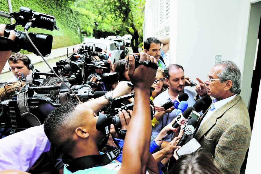 Economist Paulo Guedes talks with journalis (43512507)