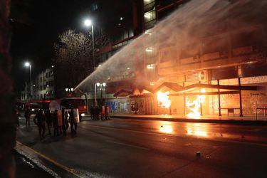 Quema de paraderos y cierre de accesos a estación Baquedano en medio de manifestaciones