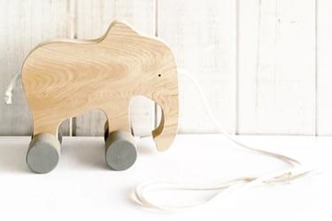 Juguetes de madera: regalos para entretenerse y aprender