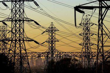 Precios de los contratos de energía se desploman en el mundo y amenazan al sector eléctrico local