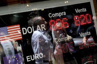 El dólar cierra con leve retroceso una volátil sesión en la que tocó máximos en casi un año y medio