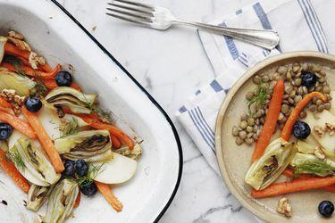 Hinojo horneado con lentejas y fruta