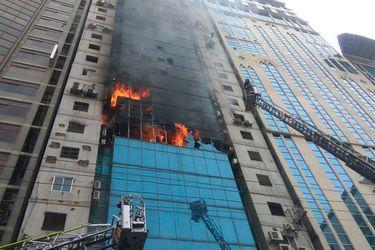 Incendio en torre de oficinas en Daca deja al menos 17 fallecidos