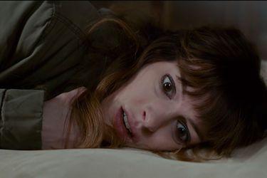 Anne Hathaway domina a un kaiju en el tráiler de Colossal