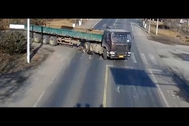 No la cuenta dos veces: le pasa un camión por encima y sobrevive
