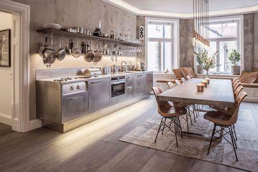 Recorre este departamento en Estocolmo que mezcla armoniosamente los colores y donde la  la cocina se lleva el protagonismo
