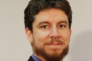 """Cristián Herrera, analista de políticas de salud OCDE: """"Salvar vidas y sostener la economía no son excluyentes, Chile debe apuntar a cumplir ambos"""""""