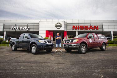 El hombre que hizo un 1 millón de millas en una camioneta Nissan recibe otra de regalo año 2020