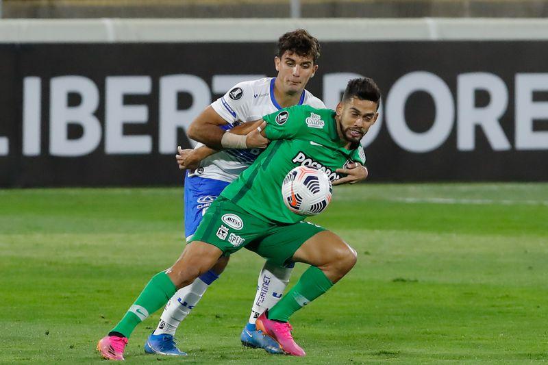 Ignacio Saavedra y Andrés Andrade disputan el balón.