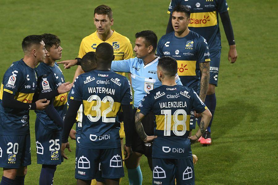 Los jugadores de Everton le reclaman a Gustavo Ahumada luego de la expulsión de Juan Cuevas. FOTO: Agencia Uno.