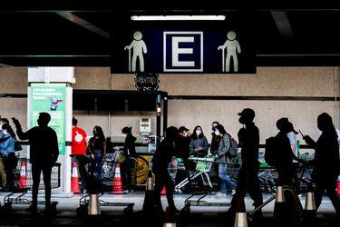 Regulación sobre bienes esenciales que pueden ser vendidos en las comunas con cuarentena divide al comercio