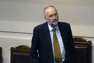 Ministro de Defensa condena ataque a monumento al general Baquedano durante manifestaciones en el centro de Santiago