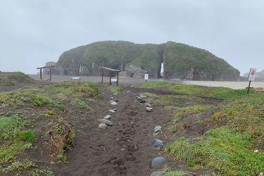 Equipos de emergencia buscan a tres desaparecidos en caverna del borde costero de Cobquecura tras fuertes marejadas