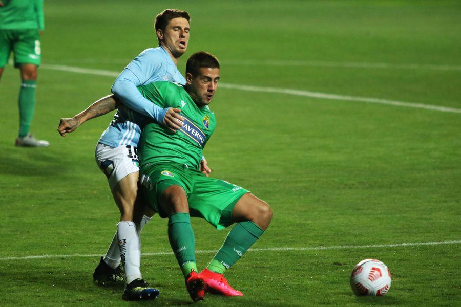 Rodrigo Holgado aguanta un balón durante el empate entre Audax Italiano y O'Higgins en Rancagua. Foto: AgenciaUno.