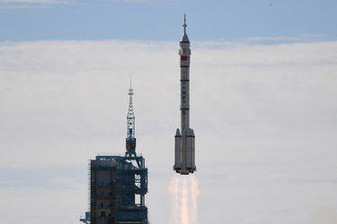 Despega la primera tripulación hacia la estación espacial de China