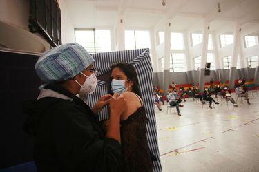 A un mes del inicio del plan de inmunización: Las manos que combaten a pinchazos el coronavirus