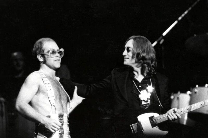 Elton John y John Lennon.