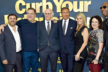 Jeff Schaffer, Jeff Garlin, Larry David, Richard Plepler, Cheryl Hines, Susie Essman y J. B. Smoove en la premiere de Curb your enthusiasm.