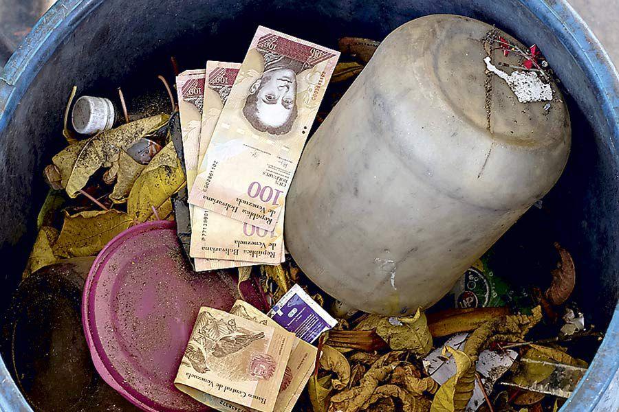 Venezuelan-100-bolivar-notes-thrown-by-peop-(42754929)