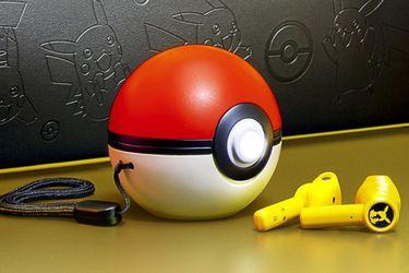 Estos maravillosos audífonos inalámbricos de Pikachu se cargan en una pokébola