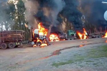 La Araucanía: serie de ataques incendiarios liderados por encapuchados termina con 17 camiones quemados, maquinaria forestal destruida y un carabinero y un civil lesionados