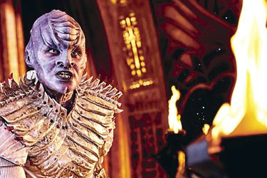 Mary Chieffo caracterizada como L'Rell, comandante de los Klingon.