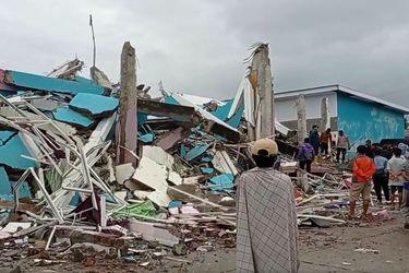 Al menos 42 fallecidos tras sismo de magnitud 6,2 en Indonesia