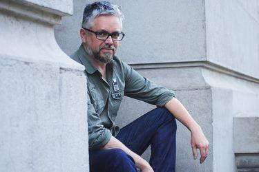 """Jorge Baradit: """"La historia es peligrosa porque produce posición política"""""""