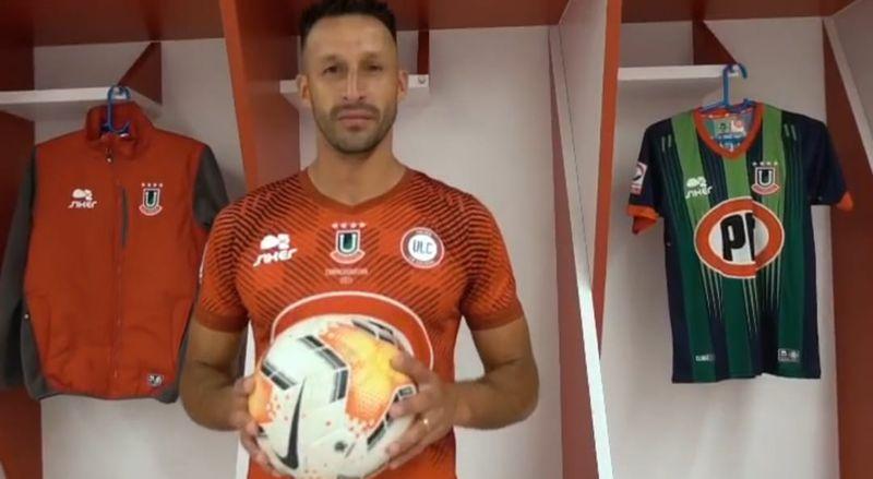 Christian Vilches posa con la nueva camiseta de La Calera.