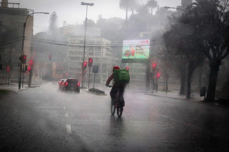 Un ciclista de delivery por el sector de avenida San Martín, Viña del Mar.