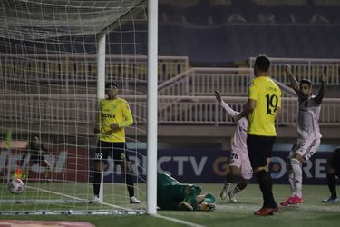 Un golazo de Sandoval y un doblete de Larrivey cierran el paso de la U a los octavos de final de la Copa Chile