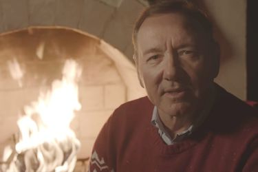 Kevin Spacey canaliza a Frank Underwood en su nuevo video navideño